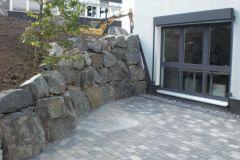 Mitarbeiter Terrasse mit Felsenmauer