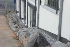 Felsen schützen das Gebäude vor LKW