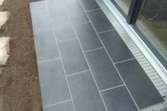 Terrasse mit Kermischen Platten und Entwässerung