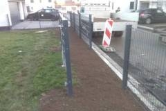 Spielplatz Zugang mit Tor und Zaun